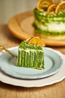 Fetta di torta di spinaci sulla piastra