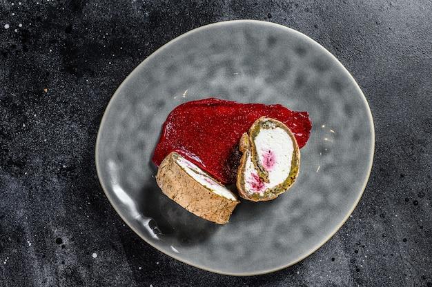 Fetta di swiss roll con marmellata di fragole e panna