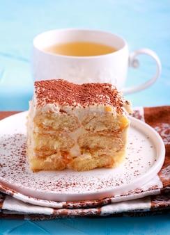 Fetta di tiramisù come torta da dessert sul piatto
