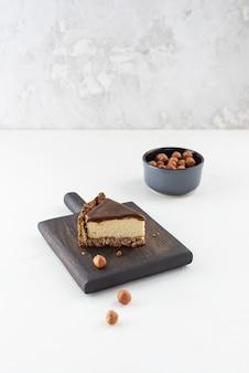 Fetta di cheesecake di tofu con caramello salato su una tavola di legno