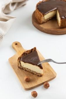 Fetta di cheesecake di tofu su una tavola di legno