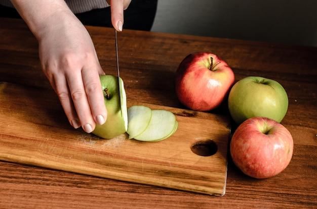 Mele a fette su una tavola di legno