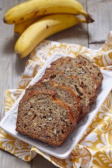 Pane alla banana a fette con noci pecan
