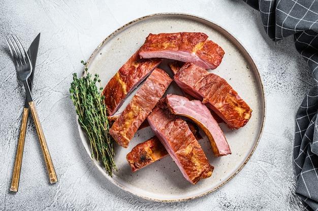 Costolette di maiale barbecue a fette in salsa