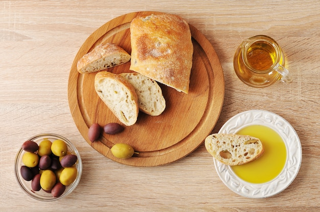 Ciabatta a fette di pane, olive e olio extra vergine di oliva