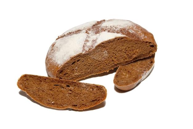 Pane integrale affettato isolato su bianco.