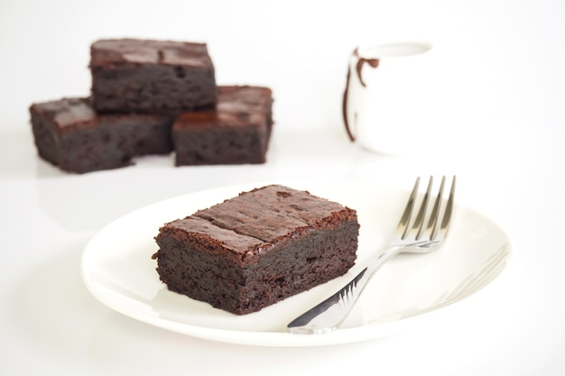 Brownies affettati sul piatto bianco