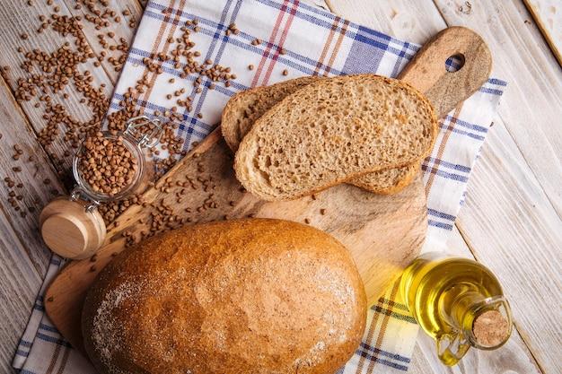 Fette di pane di grano saraceno sul tagliere di legno e sul tovagliolo