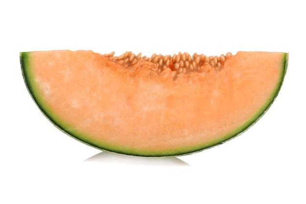 Fette di melone cantalupo isolato su superficie bianca