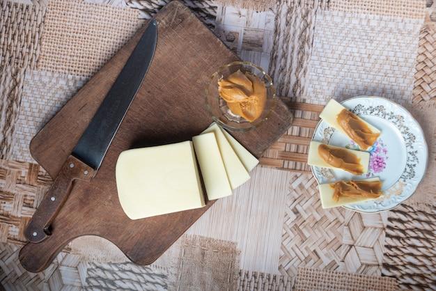 Formaggio a fette con dolce al latte. con messa a fuoco selettiva.