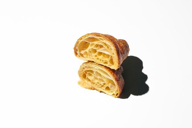 Croissant vuoto affettato. croissant a metà con pasta dura leggera. sfondo bianco