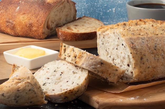 Pane appena sfornato affettato sul tagliere.