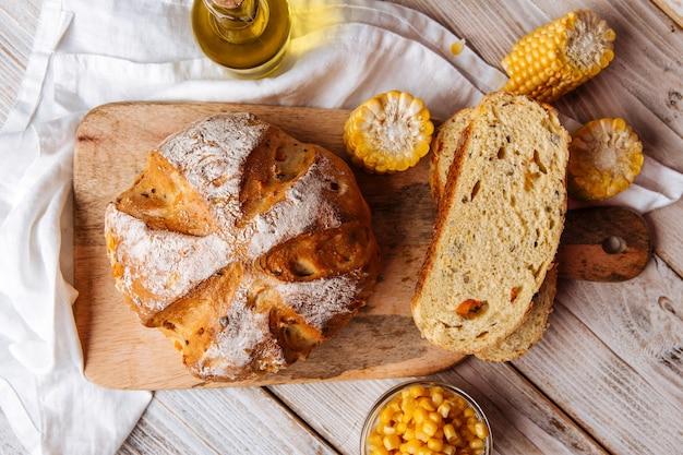Fette di mais al forno fresco e pane di zucca sul tavolo decorato