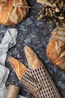 Fette di pane fresco fatto in casa a lievitazione naturale in stile rustico