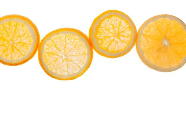 Arance fresche affettate isolate su bianco
