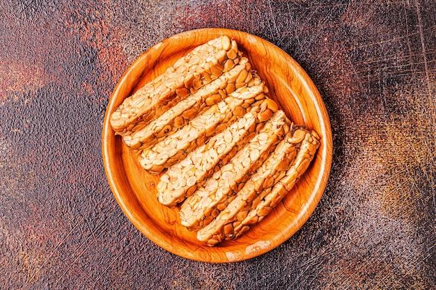Tempeh crudo fresco affettato, cibo tradizionale indonesiano a base di semi di soia.