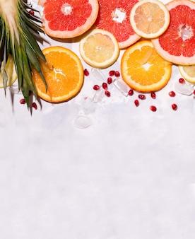 Frutta tropicale fresca affettata su uno spazio concreto. copia spazio. foto verticale