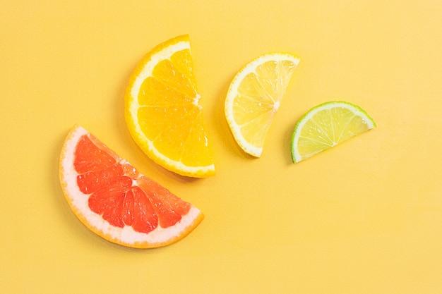 Pompelmo affettato, arancia, limone e lime.