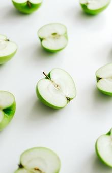 Fette di mela verde isolato su uno sfondo bianco.