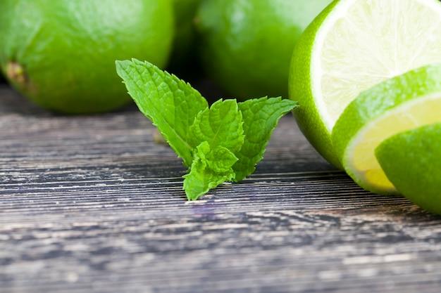 Fette di lime verde con foglia di menta durante la cottura