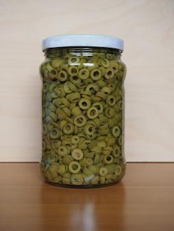 Olive verdi affettate in salamoia in vasetto di vetro