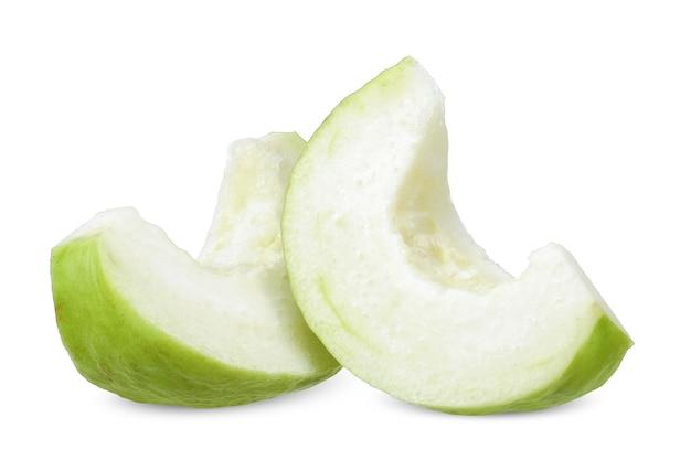 Frutto di guava affettato isolato su bianco