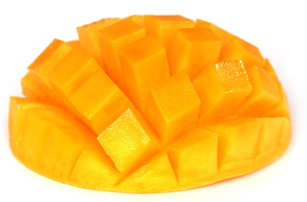 Mango affettato su sfondo bianco
