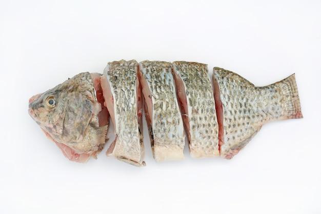 Pesce affettato di tilapia di nilo su fondo bianco.