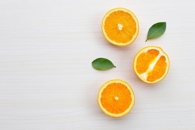 Arance a fette sulla parete del tavolo. alta vitamina c, succosa e dolce.