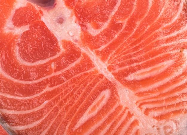 Pezzo di pesce a fette, bistecca di pesce rosso su sfondo bianco