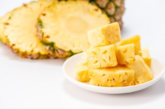 Ananas a fette isolato su sfondo bianco