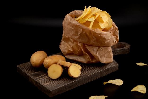 Patate a fette e patatine fritte in un sacchetto artigianale