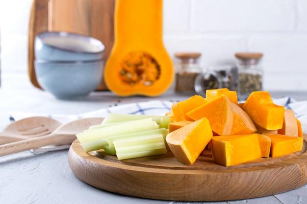 Zucca affettata su una tavola di legno. cucina casalinga con zucca. natura morta in cucina