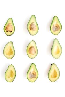 Disposizione di avocado crudo affettato. concetto di cibo creativo