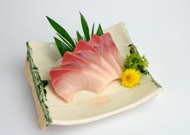 Sashimi crudo affettato di hamachi sul piatto