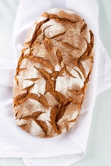 Pane di segale a fette sul tagliere, primo piano