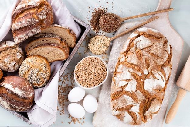 Pane di segale affettato sul tagliere, primo piano..