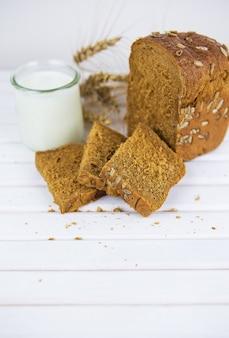 Pane di segale affettato sul primo piano del tagliere