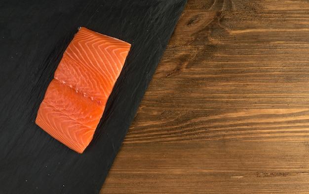 Filetto di salmone affettato vista dall'alto. pezzi spessi di pesce rosso fresco o trota