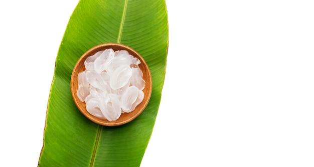 Palm toddy affettato in ciotola di legno su foglie verdi