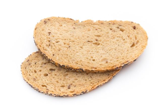 Fette di pane bianco ai cereali. isolato su sfondo bianco.