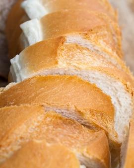 Baguette di grano bianco a fette, una baguette di grano tagliata a fette, una baguette usata per fare panini