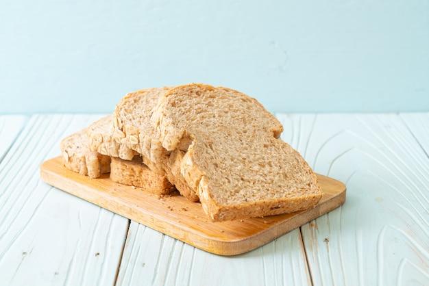 Pane integrale affettato su un tavolo di legno