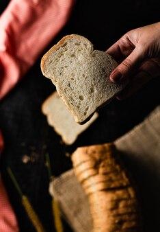 Fette di pane integrale su fondo di legno rustico