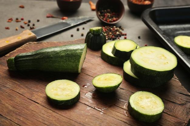 Zucchine a fette sul tagliere