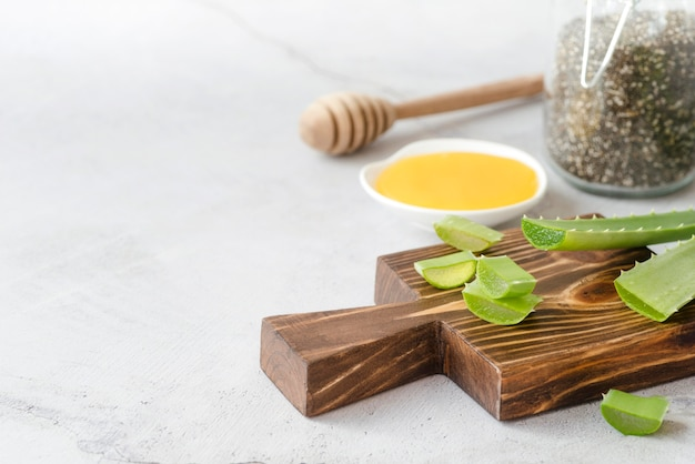 Fette di aloe vera e mestolo di miele Foto Premium