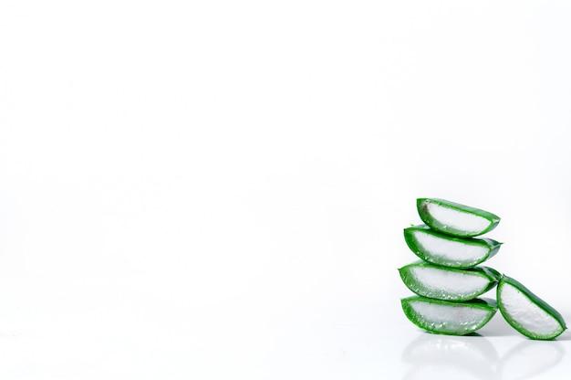 Fette di aloe vera isolato su sfondo bianco. concetto di medicina di erbe e cosmetici.