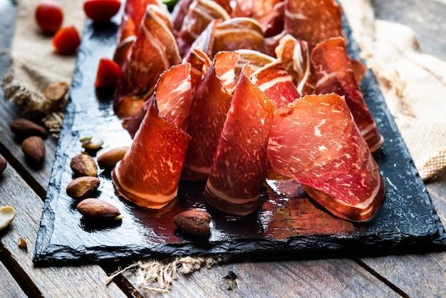 Fette di cecina tipica tapa spagnola e dalla provincia di leon nord spagna