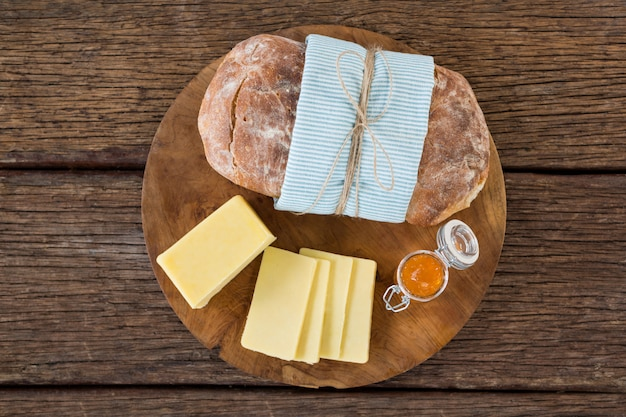 Fette di formaggio e di pane sul bordo di legno