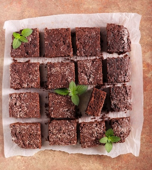 Fette di torta al cioccolato, brownies su carta da forno